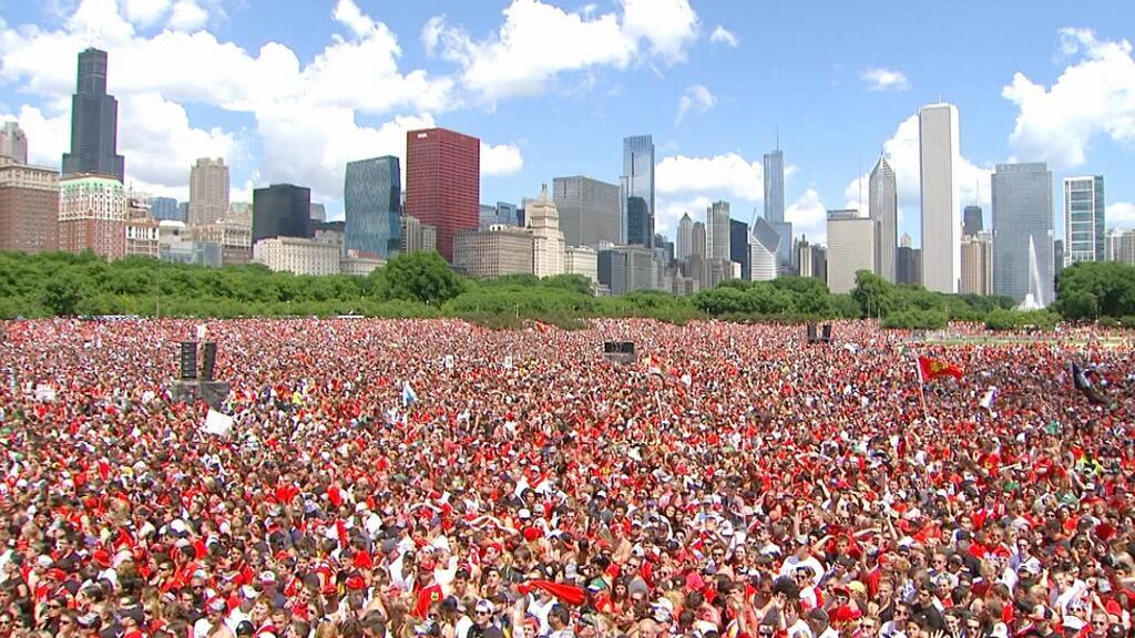 2 milyon insan Blekhouksun qələbəsini bayram etmək üçün Çikaqonun küçələrinə çıxdı.
