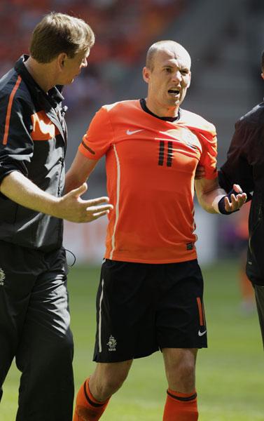 Травма Арьена в матче с Венгрией.