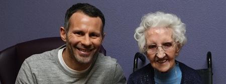 """Гиггз навестил 104-летнюю болельщицу """"МЮ"""", чтобы поздравить ее с днем рождения - изображение 1"""