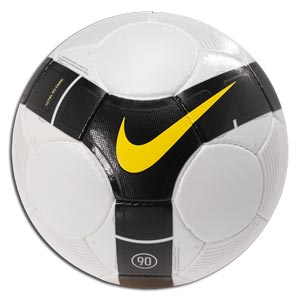 В 20 веке футбольные мячи стали обретать качество и лучший вид.