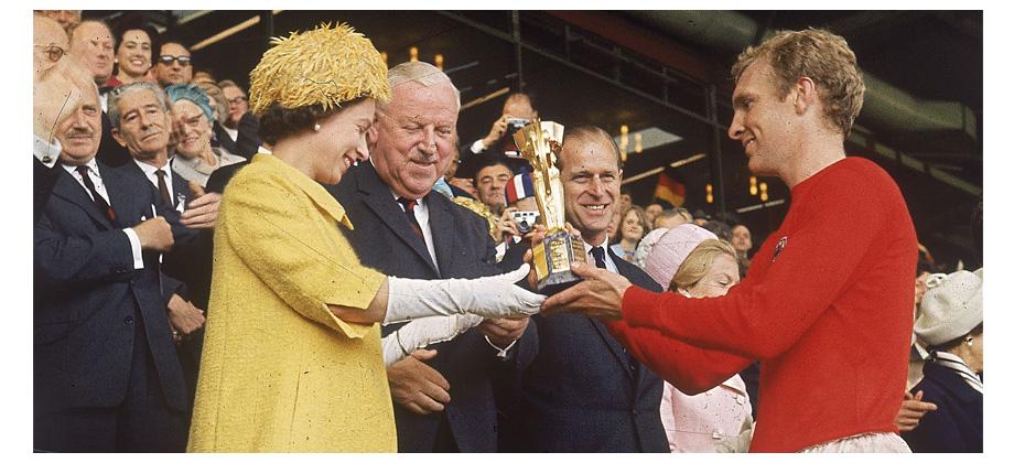 Королева Елизавета II и Бобби Мур