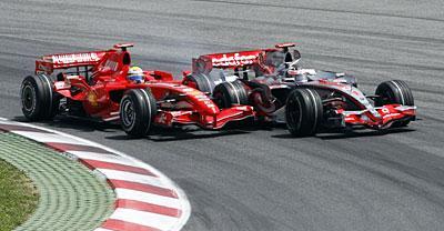 Алонсо атакует Массу в первом повороте