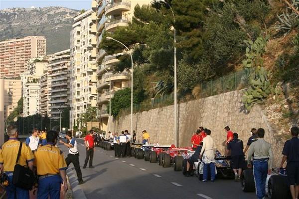 Утро в Монако: Мове и Дюран готовятся стартовать из паддока на трассу